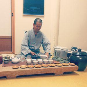 Moine servant du thé vert lors d'un temple stay